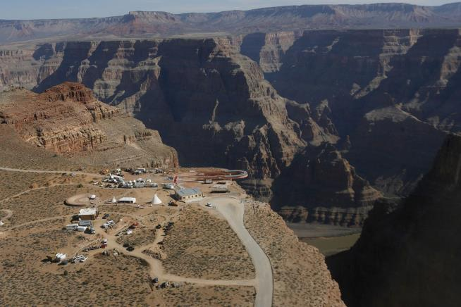 Man dies after falling 1000 feet into Grand Canyon