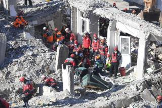 Rescuers Dig Out Quake Survivors as Cold Sets In